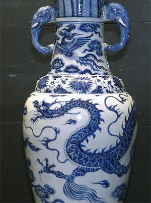 Chinesische Vase mit Drachen